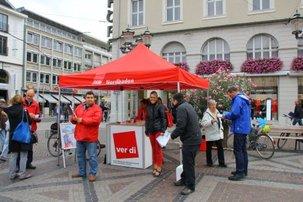 Infostand der DGB-Gewerkschaften in Karlsruhe