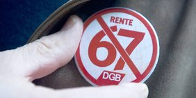 DGB-Pin gegen die Rente mit 67